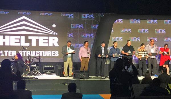 SHELTER (Cuarto desde la izquierda) es honrado como proveedor de diamantes